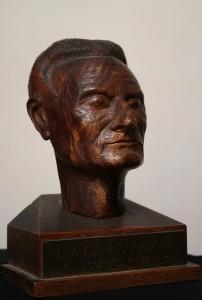 Ivan Wyschnegradsky, buste en bois, hauteur avec socle 14 cm, par C. Pelletier, vers 1950 (coll. part.)